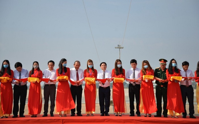 Deputy PM Truong Hoa Binh (sixth from left) and delegates cut the ribbon to inaugurate the upgraded runways.
