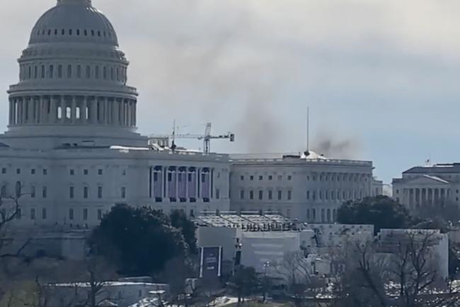 Khói bốc lên phía sau Tòa nhà Quốc hội Mỹ - ảnh 3