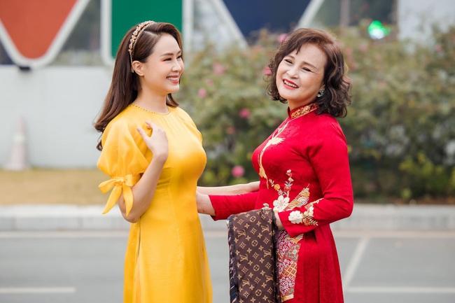 Hồng Diễm và mẹ chồng rạng ngời trong áo dài Tết - ảnh 4