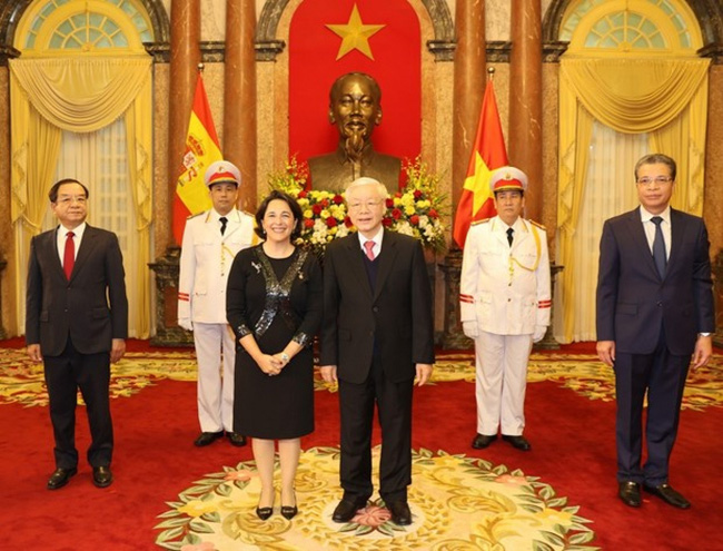 Party General Secretary and State President Nguyen Phu Trong (front, right) and Spanish Ambassador Maria del Pilar Mendez Jimenez at the credential presentation on January 22 (Photo: VNA)