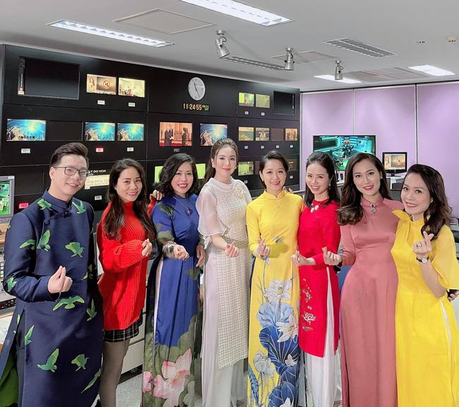Dàn nữ BTV Thời sự xinh đẹp hòa giọng hát trong Chiều cuối năm - ảnh 2