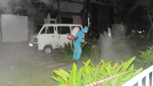 Hai Duong's functional forces implement disinfection measures, and zone off the areas related to this case. (Photo: VOV)