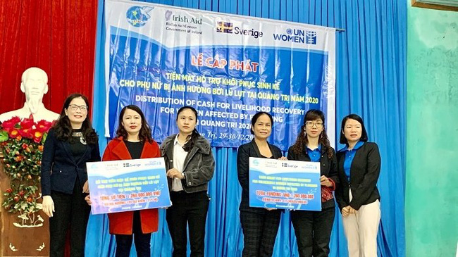 Representatives from UN Women and Quang Tri Province Women's Union present cash donations to local representatives.