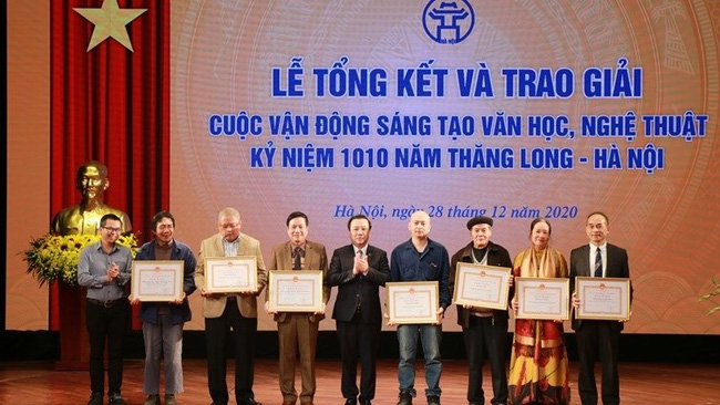 Winners of the literary and artistic creation campaign receive awards.