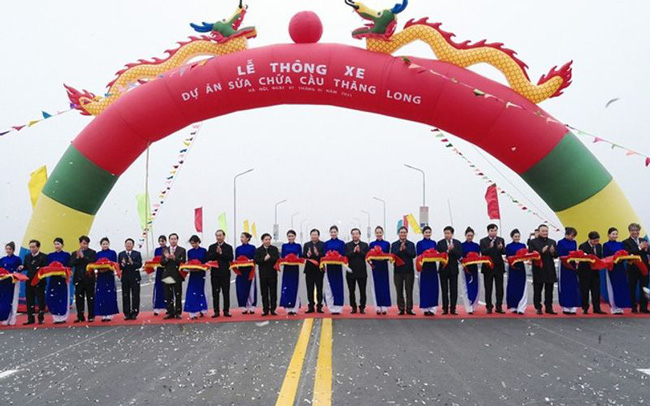 Deputy Prime Minister Trinh Dinh Dung, Chairman of the Hanoi People's Committee Chu Ngoc Anh and Minister of Transport Nguyen Van The cut the ribbions to put Thang Long Bridge into use after five-month repair. Photo: Pham Hung