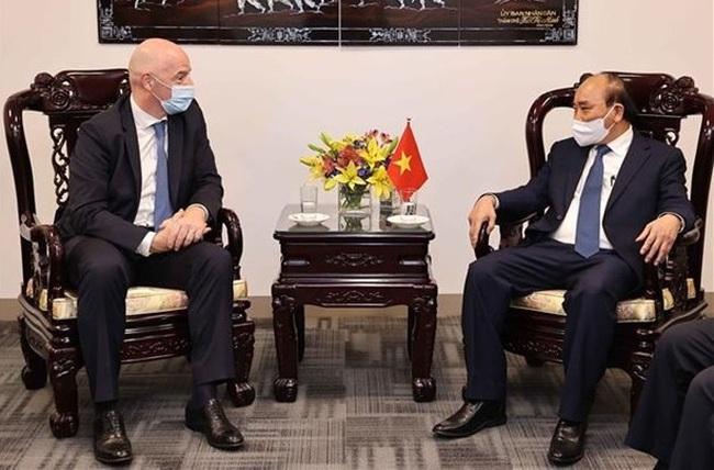 President Nguyen Xuan Phuc (R) and President of the International Federation of Association Football Gianni Infantino (Photo: VNA)