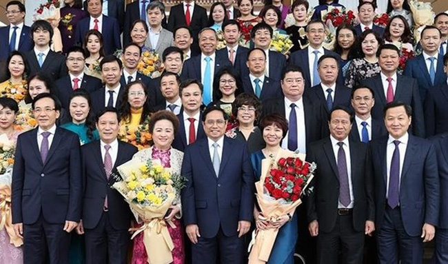 Prime Minister Pham Minh Chinh (C, first line) poses for a photo with entrepreneurs (Photo: VNA)