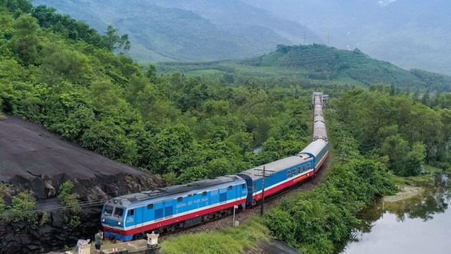 A trans-nation Thong Nhat (reunification) passenger train. (Photo via hanoimoi.com.vn)