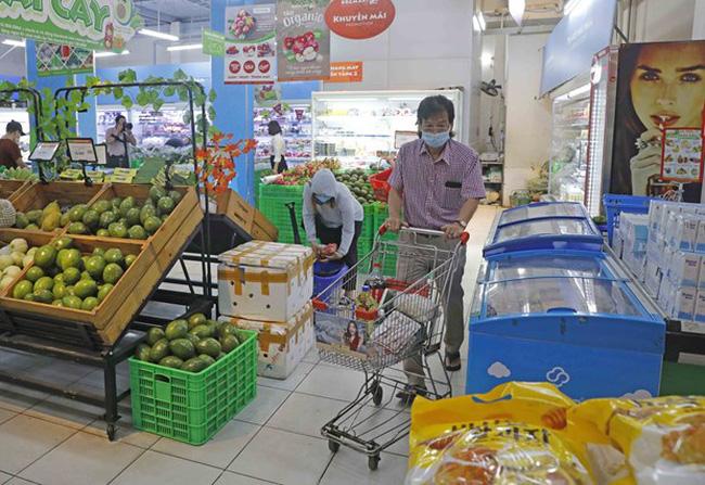 Customers go shopping at BRG Food Supermarket. (Photo: VNA)