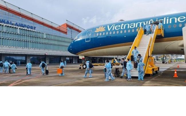 The flight arrives at Van Don International Airport. (Photo: NDO)