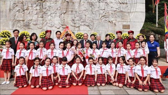 President Nguyen Xuan Phuc with the students at the Special National Historical Relic Site of Hung Kings Temple in the northern province of Phu Tho, April 21, 2021. (Photo: VNA)