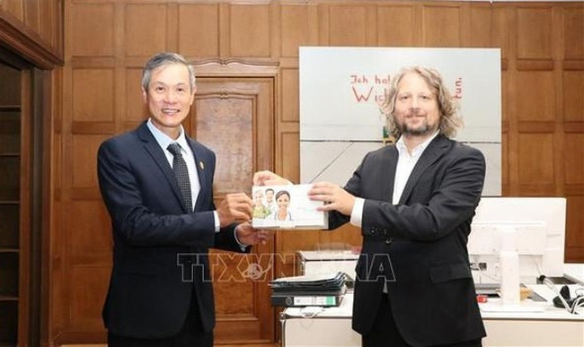 Vietnamese Ambassador to Germany Nguyen Minh Vu (L) symbolically receives 30,000 rapid test kits presented by Berlin Christian Rickerts, State Secretary for Energy and Digital Affairs in the Berlin Senate Department for Economics, Energy and Public Enterprises (Photo: VNA)