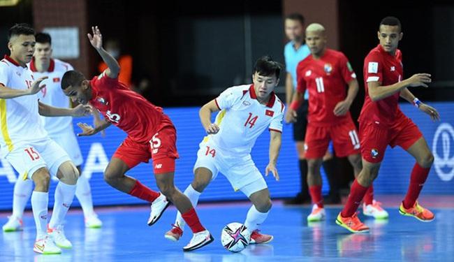 Vietnamese player Nguyen Van Hieu (white No.14) vies for the ball. (Photo: VFF)