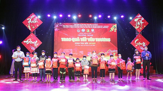 Thirty outstanding students who are living in difficult circumstances receive Tet gifts. (Photo: danang.gov.vn)