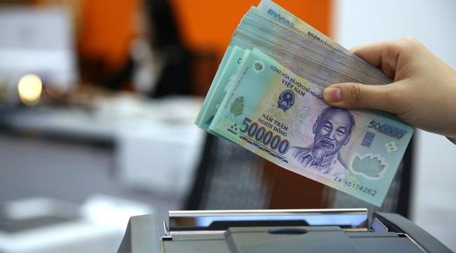 Người dân ít tiền gửi tiền vào ngân hàng - ảnh 2