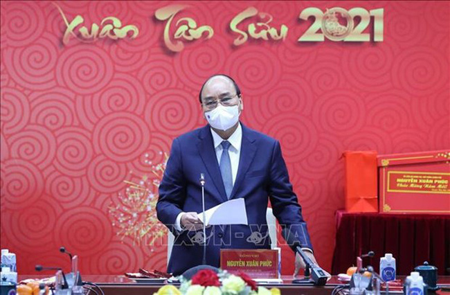 Prime Minister Nguyen Xuan Phuc speaks at a meeting with medical workers on February 9. (Photo: VNA)