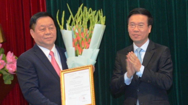 Head of the Party Central Committee's Commission for Communication and Education Nguyen Trong Nghia (L) and his predecessor Vo Van Thuong