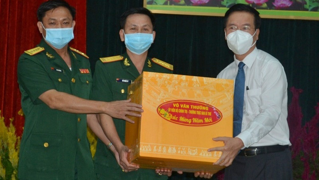 Politburo member Vo Van Thuong (far right) presents Tet gifts to Division 9 of IV Corps on February 11, 2021. (Photo: NDO/Manh Hao)
