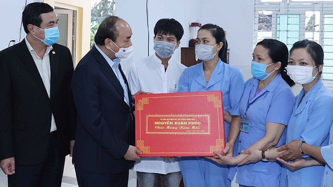 PM Nguyen Xuan Phuc and the staff of the social support centre in Quang Nam province.