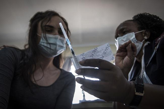 Hơn 112,5 triệu người mắc COVID-19 trên thế giới, số ca nhiễm mới tại Mỹ giảm 5 tuần liên tiếp - ảnh 3