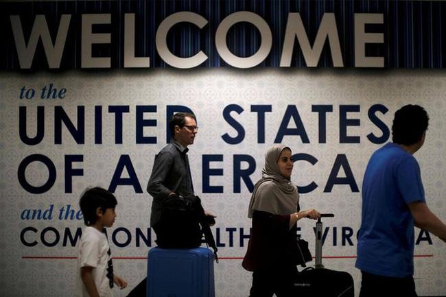 Tổng thống Mỹ Joe Biden hủy lệnh dừng cấp thẻ xanh - ảnh 2