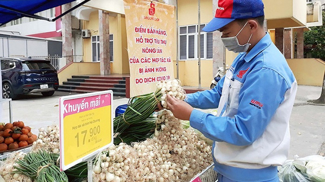 A venue selling Hai Duong agricultural products operated by the Co.opmart supermarket chain at the headquarters of the Hanoi Union of Cooperatives in Ha Dong District, Hanoi. (Photo: NDO)
