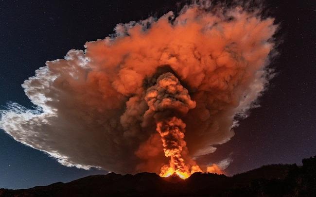 Cận cảnh núi lửa Etna phun trào, bừng sáng trời đêm Sicily (Italy) - ảnh 6