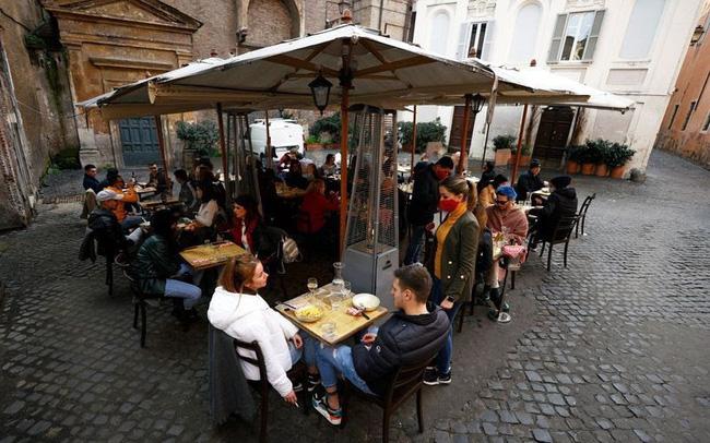 Người Italy đổ xô ra hàng quán sau khi lệnh giãn cách được nới lỏng - ảnh 5