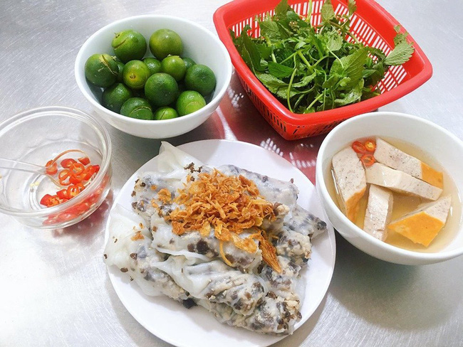 An order of banh cuon with roasted cinnamn pork sausages. Photo: Thuy An