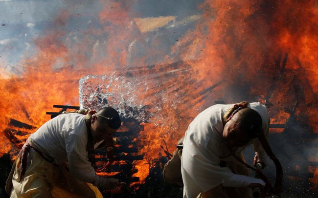 Kỳ lạ, lễ hội đi chân trần qua than cháy để cầu bình an ở Nhật Bản - ảnh 7