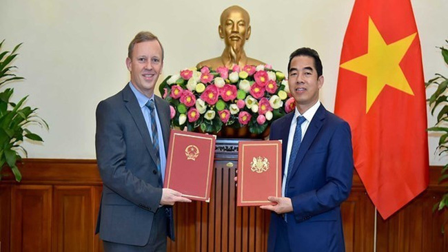 Deputy Minister of Foreign Affairs To Anh Dung (R) and UK Ambassador to Vietnam Gareth Ward (Photo: VNA)