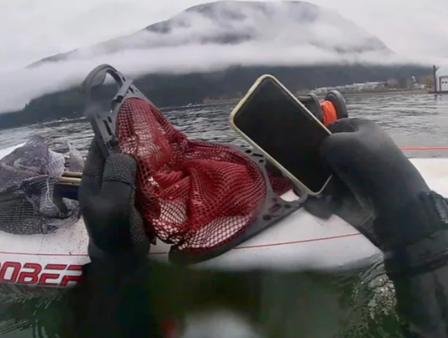 iPhone 11 sống khỏe sau 6 tháng chìm dưới đáy hồ - ảnh 2
