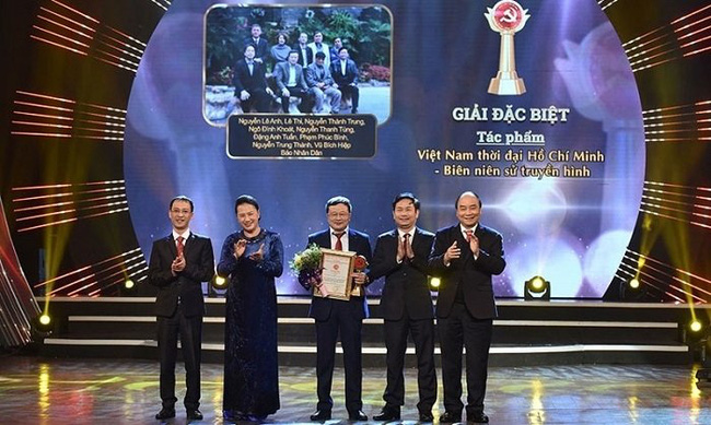 """The 90-epidesode documentary series """"Vietnam in the Ho Chi Minh Era – A Televisual Annals"""", developed by Nhan Dan Newspaper, won the special prize at the award ceremony for the National Press Awards on Party Building 2020 held in Hanoi in January 2021. (Photo: NDO)"""