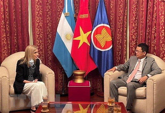 Vietnamese Ambassador to Argentina Duong Quoc Thanh (R) and President of the Argentine National News Agency (Telam) Bernada Llorente. (Photo: VNA)