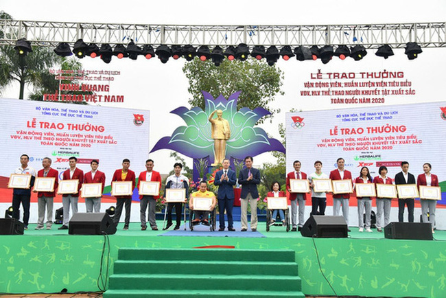 Outstanding athletes and coaches are honoured on the Vietnam Sports Day. (Photo: tuoitre.vn)