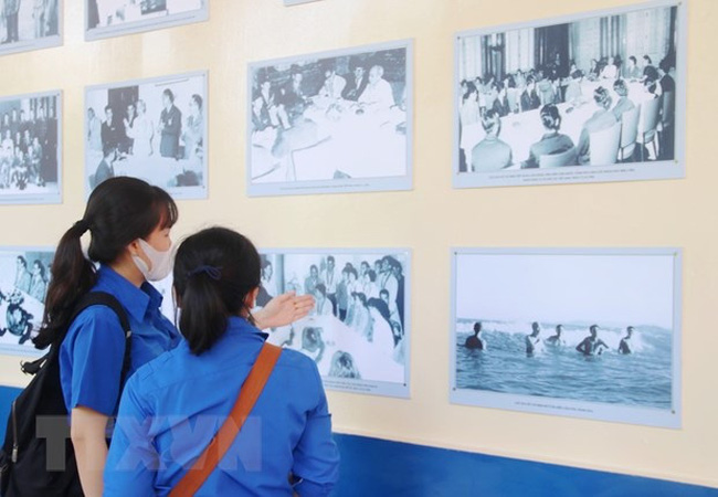 Visitors at the exhibition in Ho Chi Minh City. (Photo: VNA)