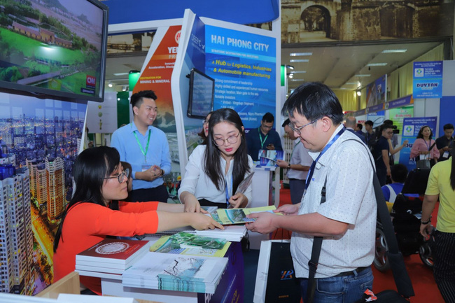Customers visit a booth at Vietnam Expo 2020