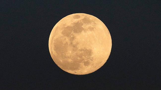 Ngày 27/4, người dân ở nhiều nước chiêm ngưỡng siêu trăng hồng kỳ ảo - ảnh 4