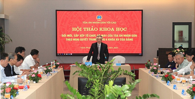Politburo member and Chief Justice of the Supreme People's Court Nguyen Hoa Binh speaks at the seminar. (Photo: NDO)