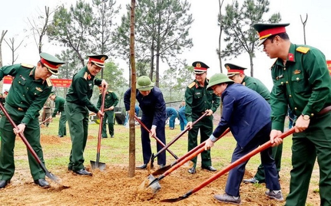 Delegates participate in planting trees at Regiment 43 on March 26. (Photo: baotainguyenmoitruong.vn)