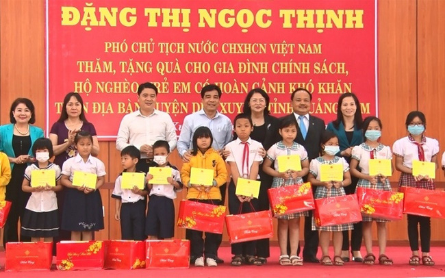 Vice President Dang Thi Ngoc Thinh presents scholarships to students in Duy Xuyen District.