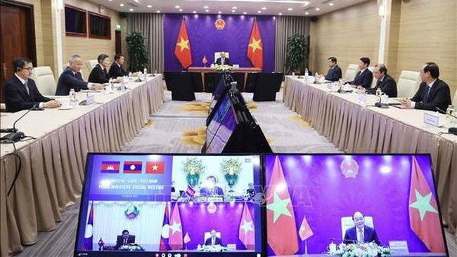 Prime Minister Nguyen Xuan Phuc holds talks via videoconference with his counterparts from Cambodia, Samdech Techo Hun Sen, and Laos, Thongloun Sisoulith on March 10 (Photo: VNA)
