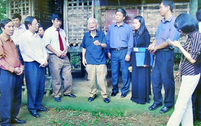 Former Editor-in-chief of Nhan Dan Newspaper Hoang Tung (fifth from right) and delegates visit Khuon Tat Shack where Uncle Ho assigned tasks to General Vo Nguyen Giap ahead of the Dien Bien Phu campaign (Phu Dinh, April 20, 2005).