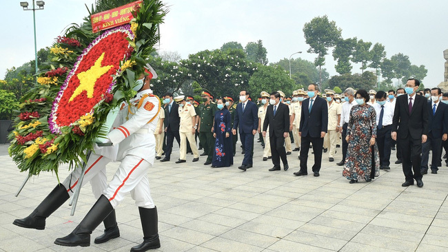 Ho Chi Minh City leaders pay tribute to revolutionary heroes. (Photo: SGGP)