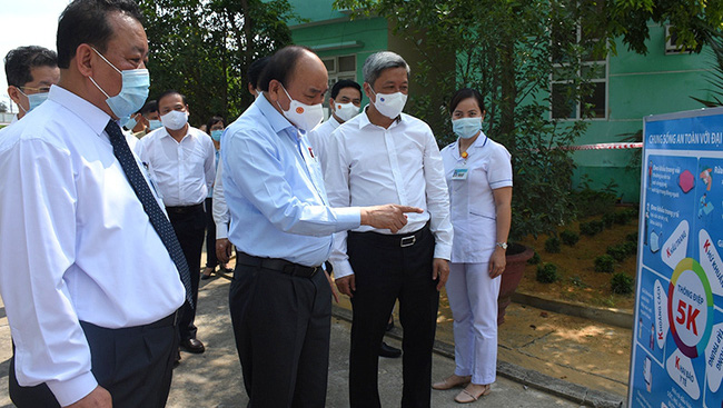 President Nguyen Xuan Phuc and officials inspect the Da Nang Hospital for Lung Diseases on April 30, 2021. (Photo: NDO/Anh Dao)