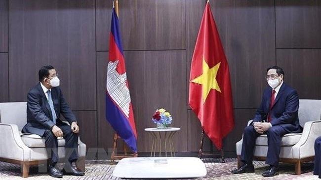 Prime Minister Pham Minh Chinh (R) and Cambodian PM Samdech Techo Hun Sen (Photo: VNA)