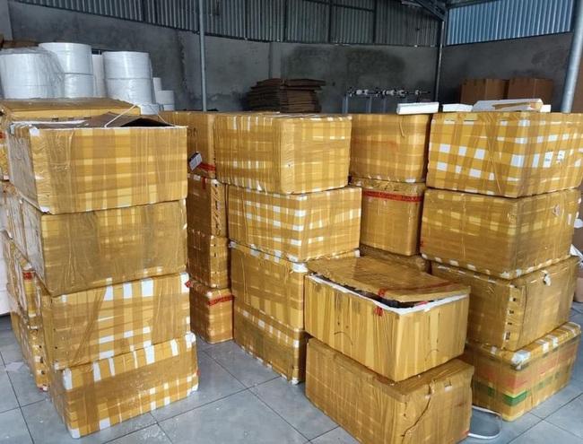 Phát hiện kho hàng chứa hàng trăm chai rượu nhập lậu - ảnh 3