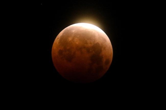 Tại sao mặt trăng chuyển sang màu đỏ khi nguyệt thực toàn phần? - ảnh 3