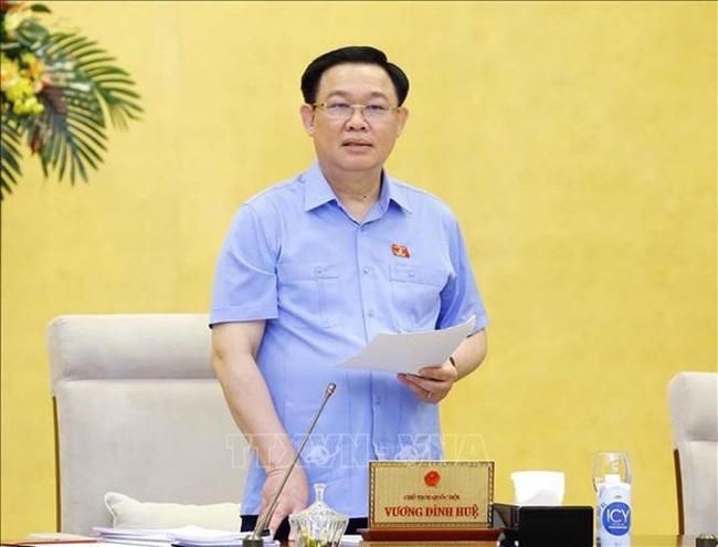 NA Chairman Vuong Dinh Hue speaks at the meeting (Photo: VNA)