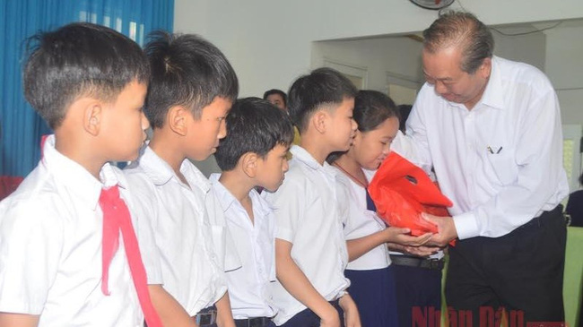 Deputy PM Truong Hoa Binh presents gifts to children in Quang Ngai Province.